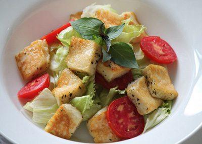 طرز تهیه سالاد پنیر کبابی هالومی