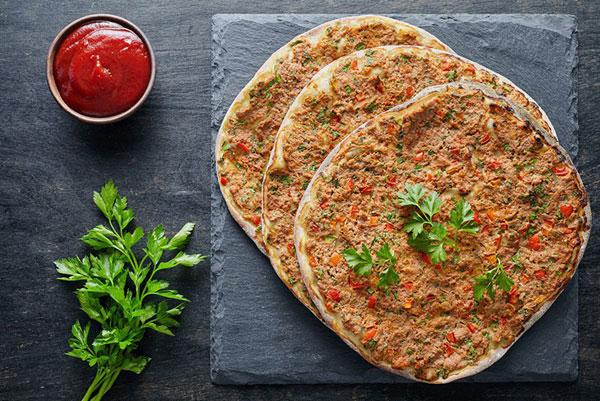 طرز تهیه پیتزا لهجمون با سس سیر