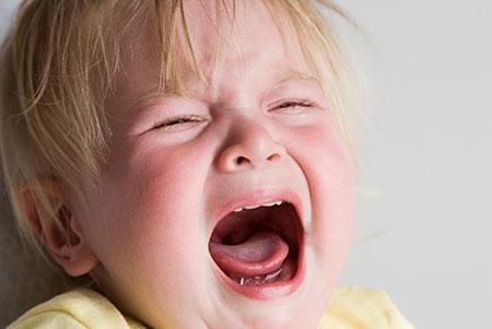 جیغ زدن کودک,دلایل جیغ زدن کودک چیست,علت جیغ زدن کودک 2 ساله