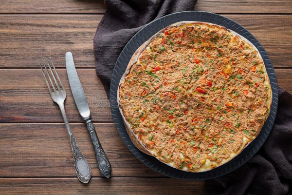 طرز تهیه پیتزا لهمجون با سس سیر