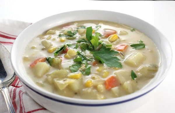 سوپ ذرت غلیظ و خامهای با دو رنگ متفاوت